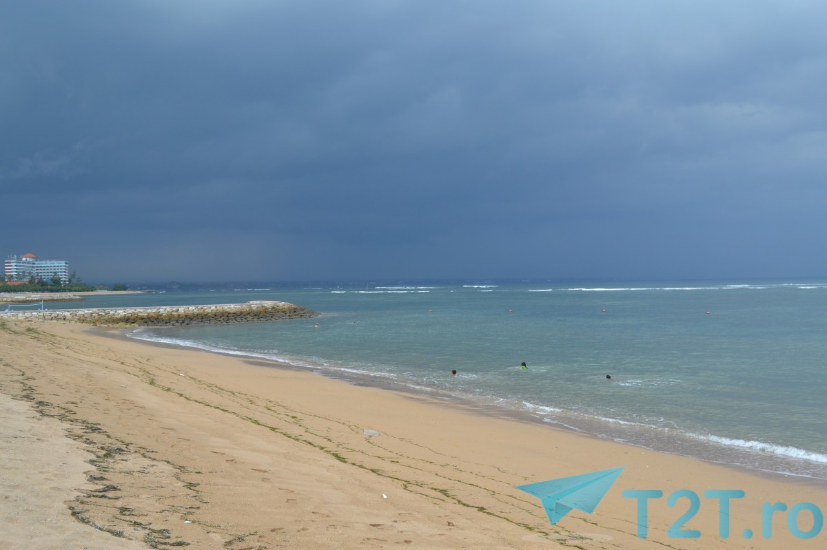 Pe plaja in ultima zi, nori de furtuna care nu a mai venit