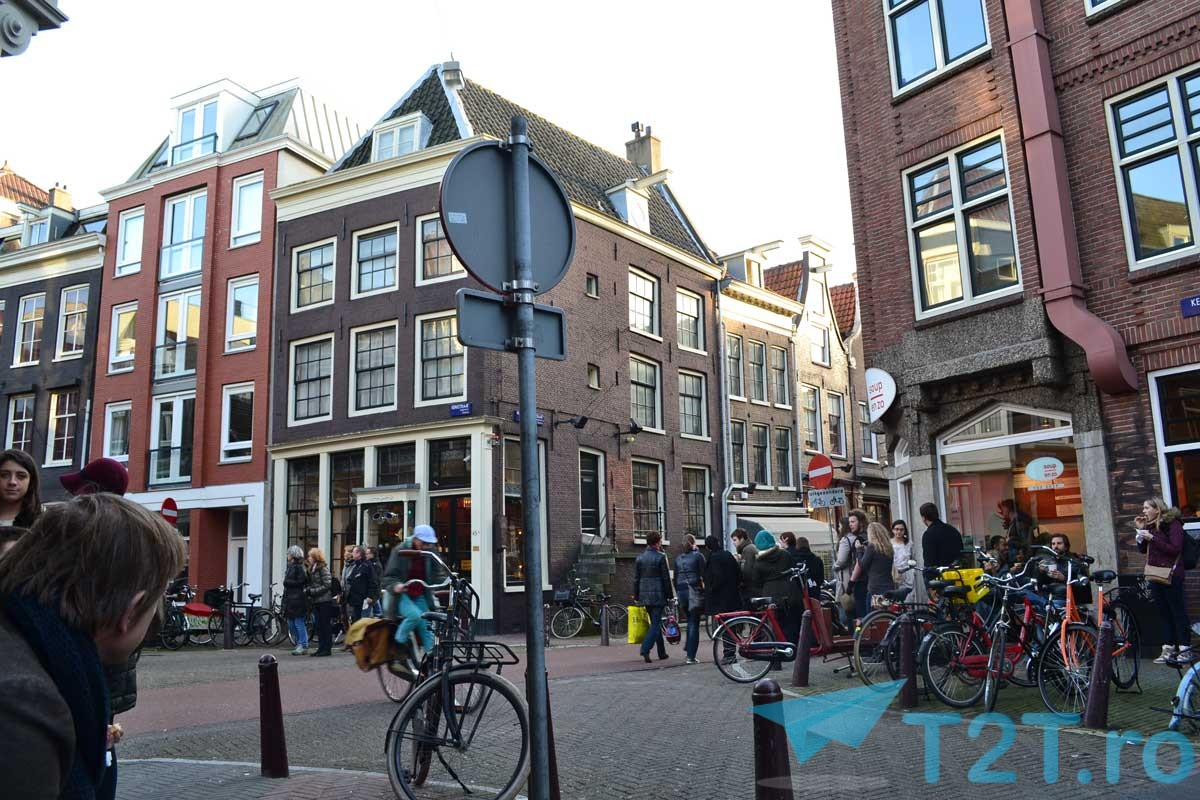 amsterdam-streets-with-bikes-parked