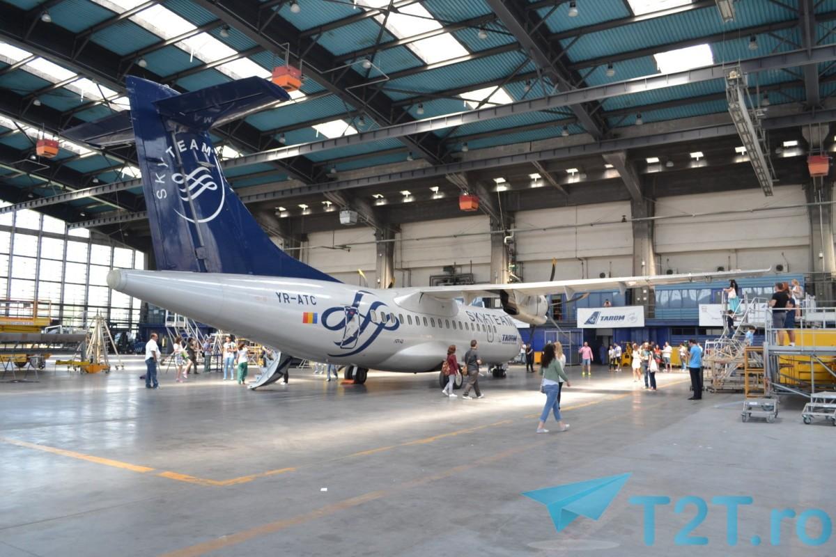 Avion TAROM ATR 42-500 vopsit în schema de culori a alianței aeriene Skyteam