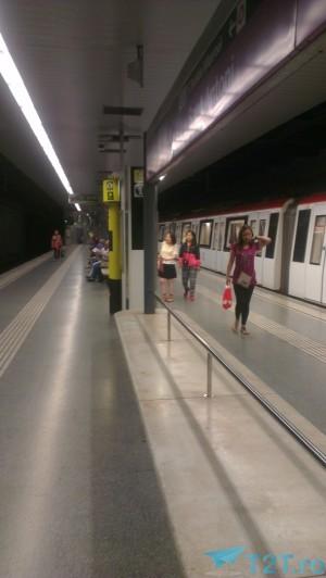 in statia de metrou Sant Antoni, Barcelona L2 violet
