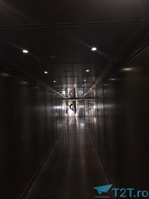 Asteptand pe tunel sa intram in avion Ryanair