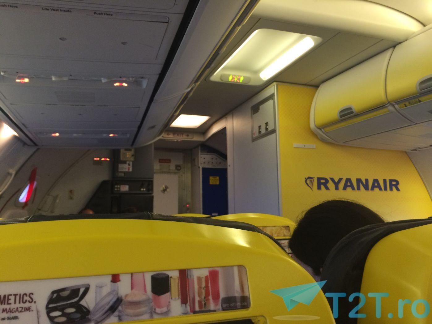 Noul interior pentru aeronavele ryanair are mult mai putin galben - Cabina ryanair ...