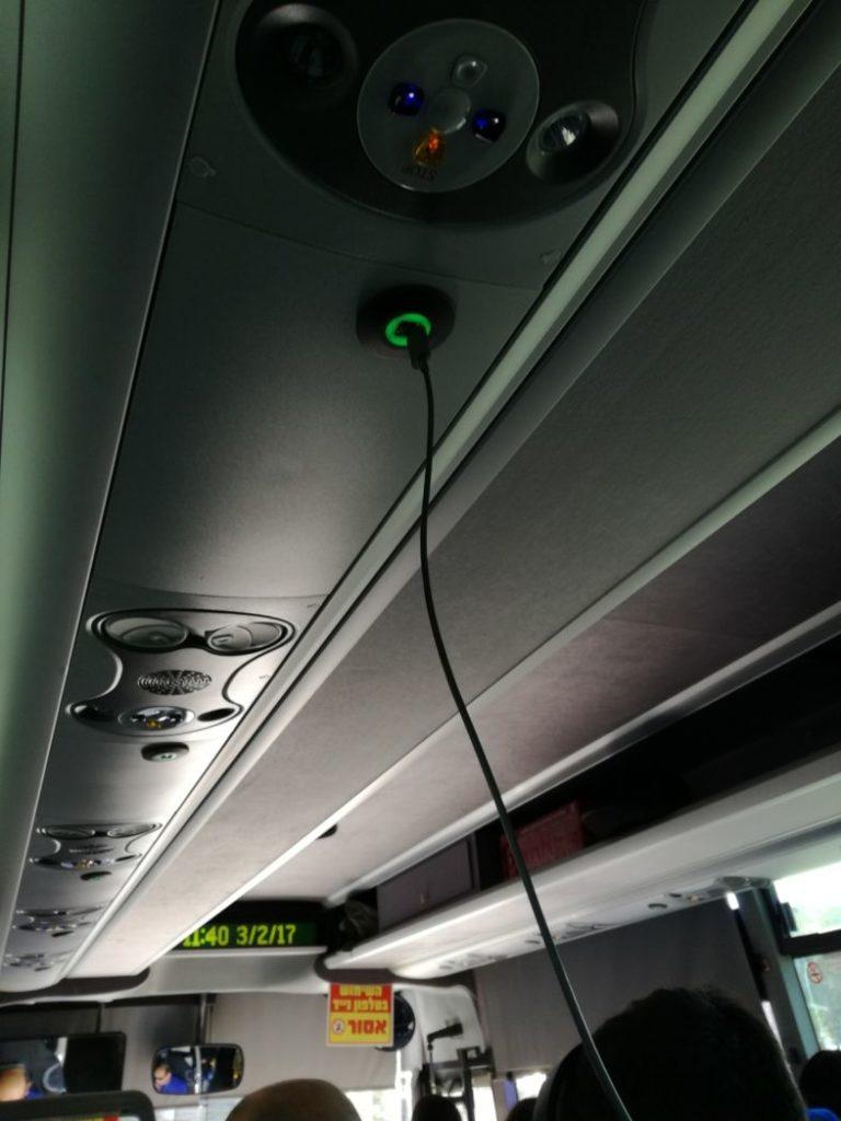Încărcătoare pentru telefonul mobil pe autobuz Tel Aviv - Ierusalim, Israel