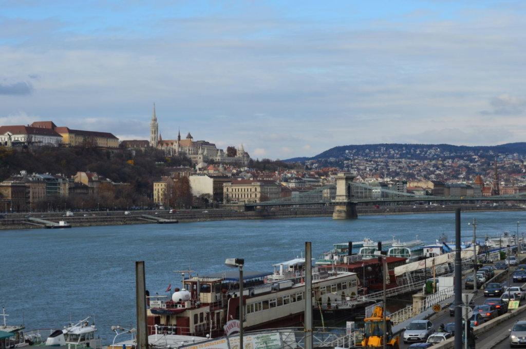 Podul cu lanțuri și bastionul pescarilor în depărtare