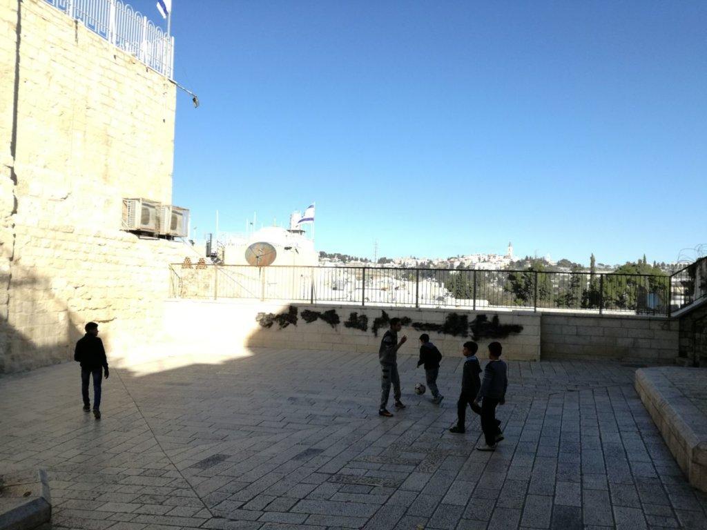 Copii jucându-se între zidurile vechiului oraș din Ierusalim la început de februarie