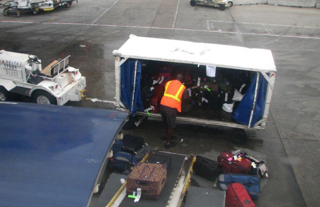 Încărcare bagaje în avion pe aeroport