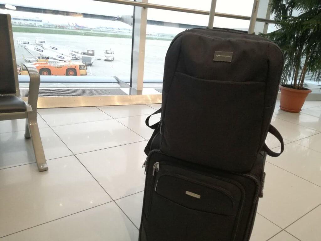 Multe companii aeriene permit două bagaje de mână - unul mai mic și unul standard. Aici ambele sunt mai mici :)