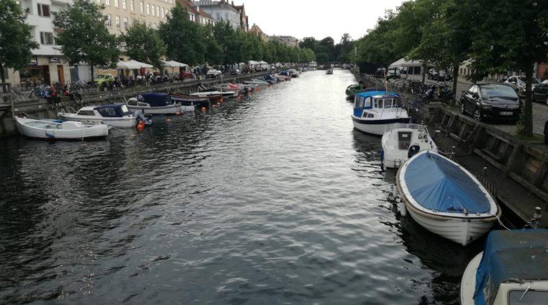 Nu, nu ești în Amsterdam, deși în multe locuri orașele seamănă izbitor de mult