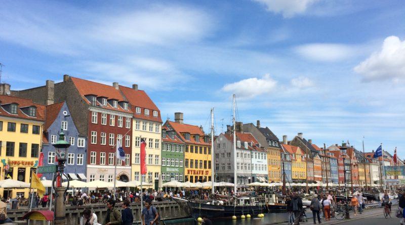Nyhavn este unul dintre cele mai vestite locuri din Copenhaga fiind și un punct de sosire pentru ambarcațiunile care plimbă turiștii