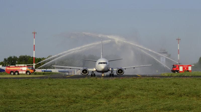 Inagurare zbor Blue Air Iași - Valencia - salutul tunurilor cu apă. Foto: George Nauznicov