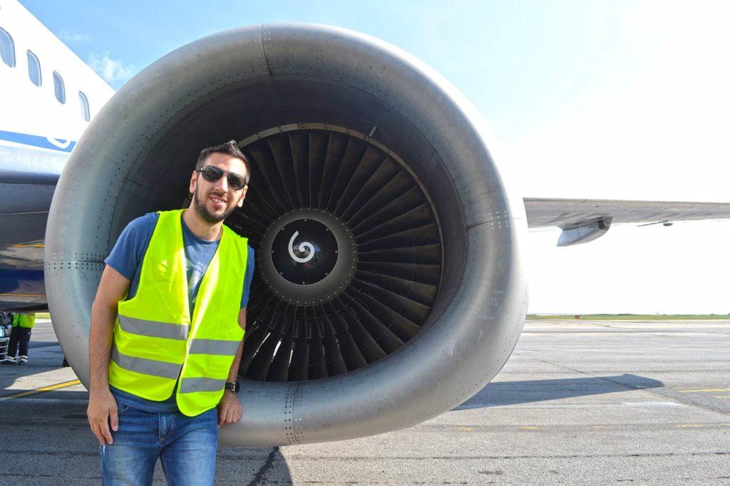 Alături de motorul 1 al avionului Boeing 737 Blue Air care ne-a dus din Timișoara spre Iași