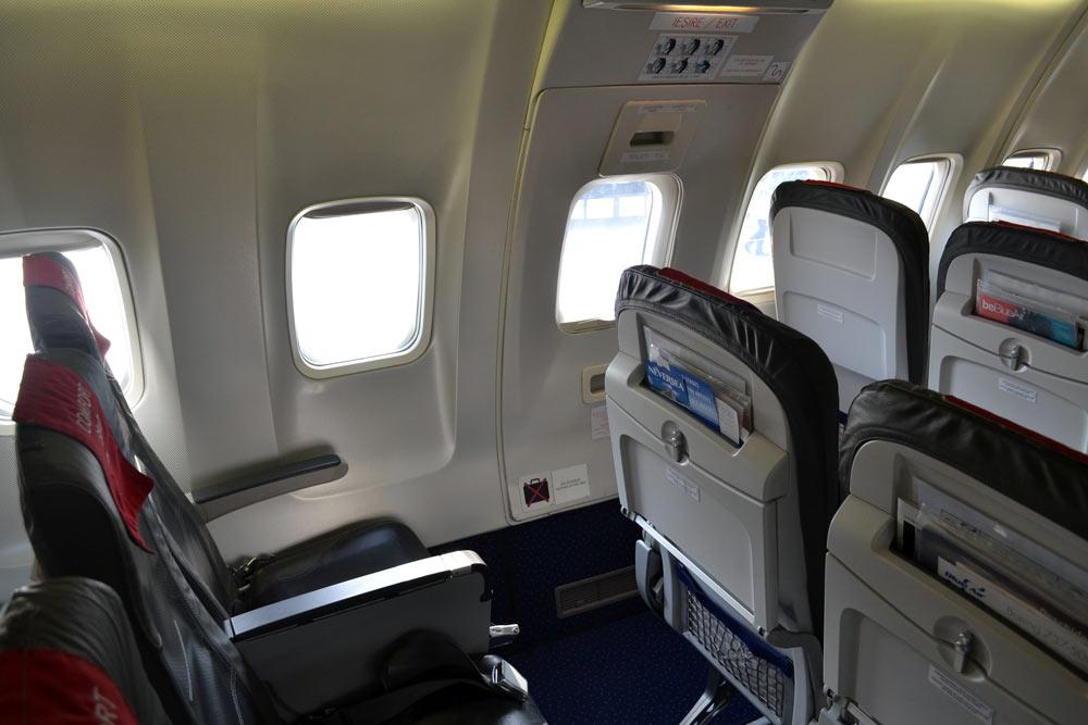 Loc la ieșirea de siguranță spre aripi - Boeing 737-500 Blue Air