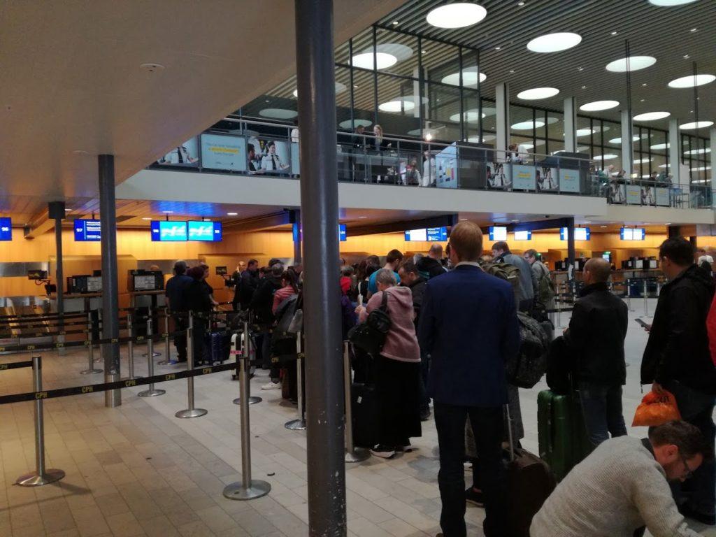 Coadă la check-in și predare bagaje pe zborul Copenhaga - București din 18.09.2017