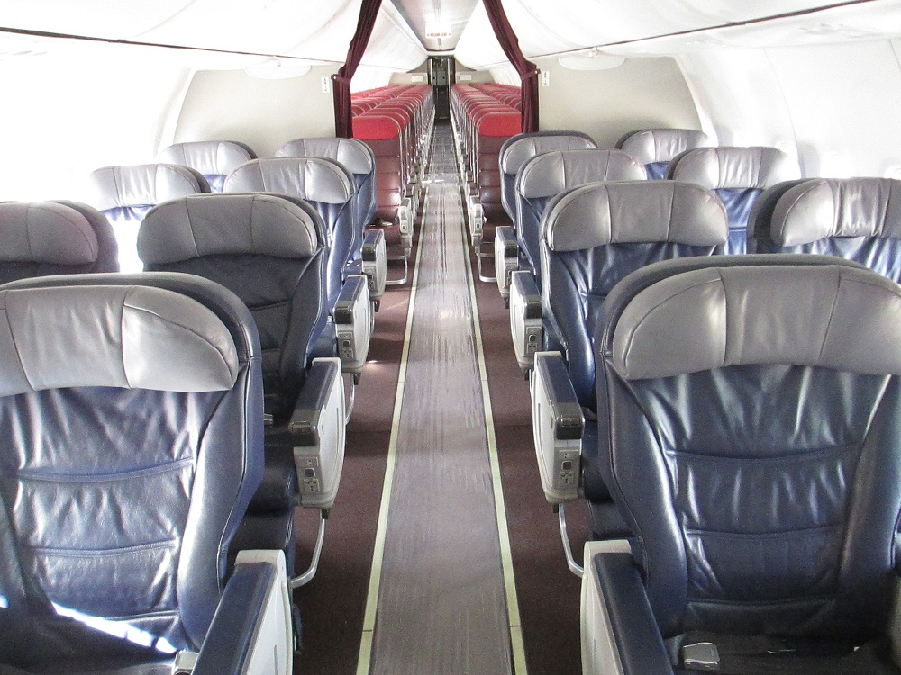 Așezarea scaunelor este 2-2 în clasa business (8 rânduri) și 3-3 în clasa economy